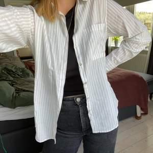 Randig tunn skjorta i vit & beige. Ska egentligen vara lite oversized men är för liten för mig!🤎 Frakt tillkommer📦