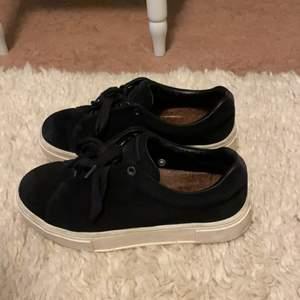 Skitsnygga svarta eytys sneakers. Använda men i väldigt gott skick och tagits väl hand om. Hör av dig för fler bilder eller frågor. Köparen står för frakt.