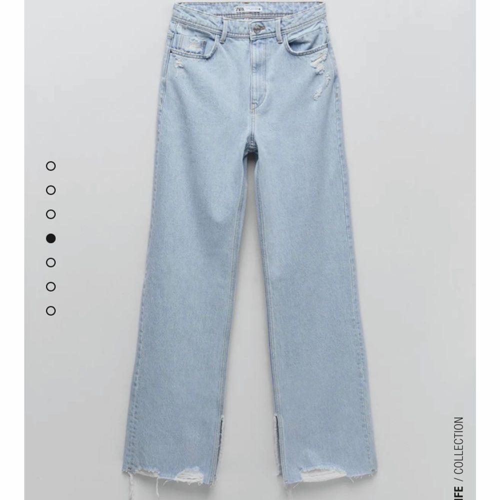 Jeans från zara med slits oc lite slitningar. Sitter som de andra som är populära just nu. . Jeans & Byxor.