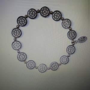 Säljer ut smycken från Bud to Rose från en konkursutförsäljning. Allting säljes för ca 70% av ordinarie pris. Allt kommer från från en butik som tvingats stänga. Så helt nya smycken för 70% av ordinarie pris. Priset som står på varan här inne gäller. Varan skickas mot fraktkostnad, kollar upp summa för detta efter hand som ni beställer då många beställer mer än en sak och då blir priset annorlunda. Betalning via swish. Bild lånad från Bud to Rose.