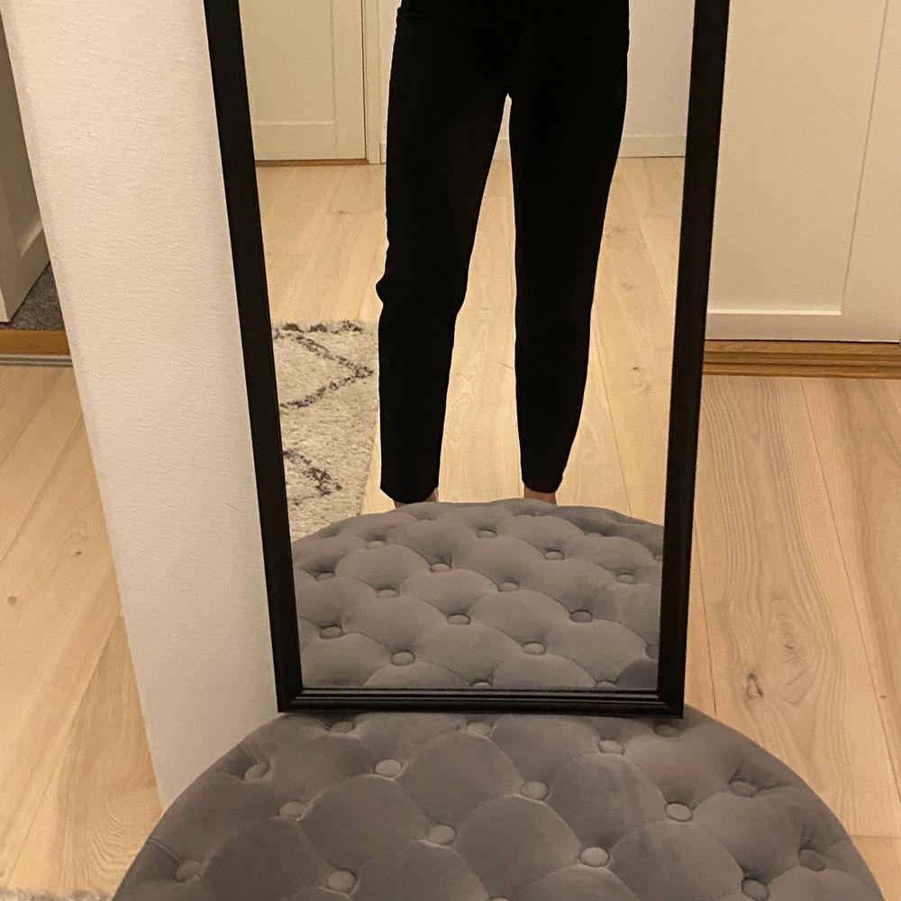 Kostymbyxor från hm i fint skick. Kommentera för frågor och skriv för fler bilder💕 Pris går alltid att diskutera men frakten ingår ej!🦋. Jeans & Byxor.