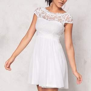 Väldigt fin vit klänning som passar perfekt till studenten eller skolavslutning🤍✨ Storlek 34, skulle säga att den passar XS-S. Endast använd en gång, därav nyskick. Säljer för 400kr inkl. frakt