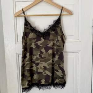 Camo linne i satin material med spetsdetaljer, storlek XS. Från Saint Tropez. Aldrig använt, nyskick.