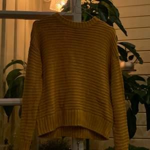 Skön, gul, stickad tröja i storlek S. Säljs då den sällan används. Kostnaden ligger på 60kr + frakt:)💛