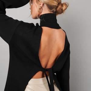 Tröja med öppen rygg från Hanna Schönbergs kollektion med na-kd. Endast använd ett fåtal gånger och säljer då jag ej fick användning för den. Storlek XSMALL med passar lätt storlek SMALL också. (Frakt inkluderat i priset)