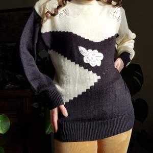 Supergo och mysig vintage tröja från 80-talet. 🌻🌻🌻             I storlek L. Passar bäst på S-L. I använt men fint skick, se bilder. Har lite brunt på mittenblomman, men inget man tänker på. Har axelvaddar, men lätt att klippa bort om man ej vill ha dem. Först till kvarn! 💫+frakt 66kr