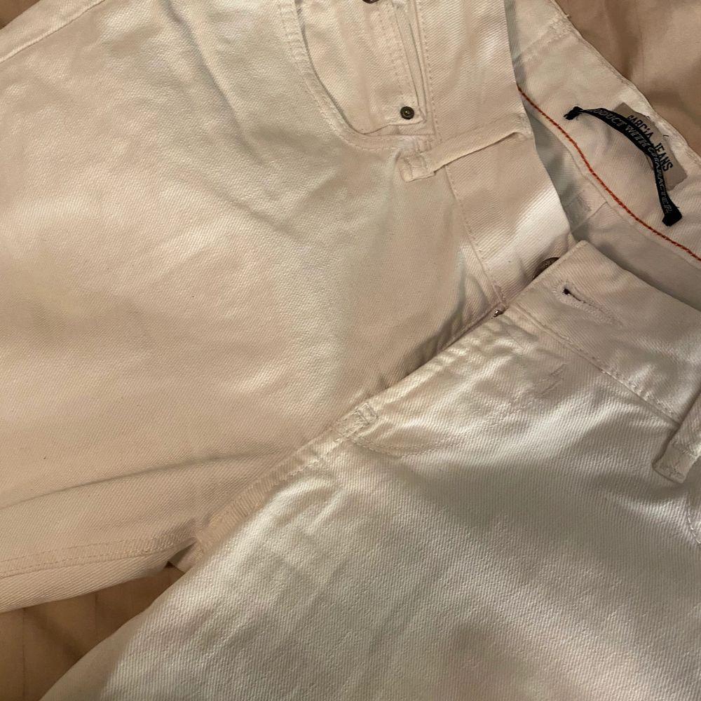 Säljer nu mina vita fina bootcut jeans från GARCIA JEANS. Använda ett fåtal gånger!! . Jeans & Byxor.