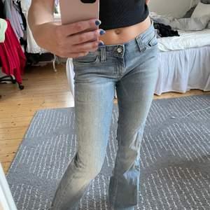 Skitsnygga lowrise vintage jeans från Lee. Storlek: W28 L31. Passar mig bra som är ca 165 och har 36‼️