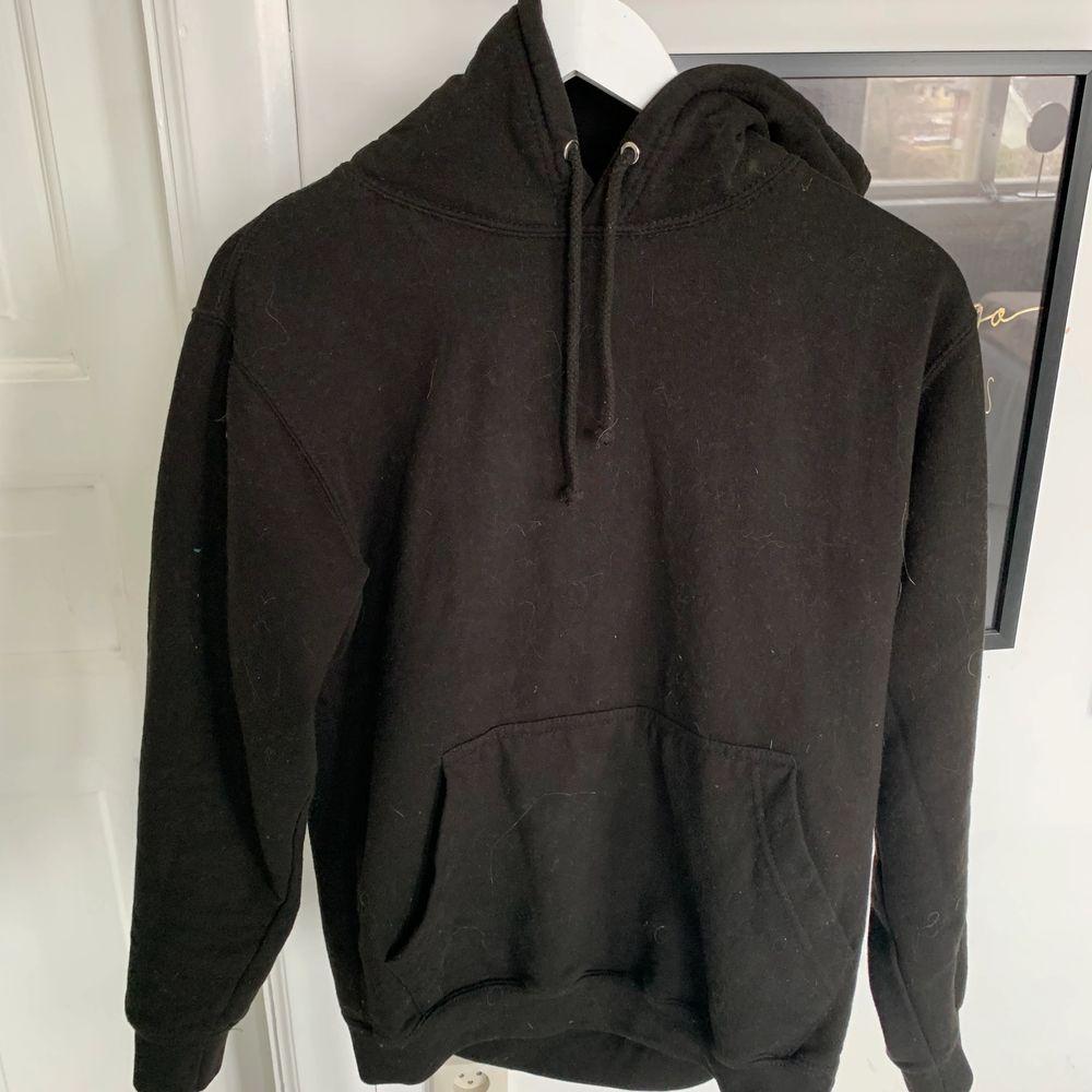 säljer den här jätte balla hoodien från min kusins företag. Hör av er vid seriöst intresse💕. Huvtröjor & Träningströjor.