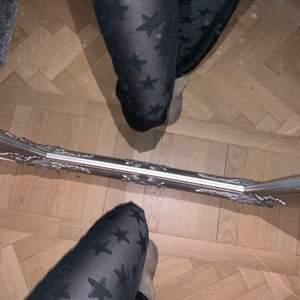 stjärnbyxor i mesh med inbyggda shorts precis vid rumpan, går säkert att ta bort om man vill det! långa i benen och höga i midjan. går att hämtas upp i vasastan, annars fraktar jag gärna men då står du för kostnaden.