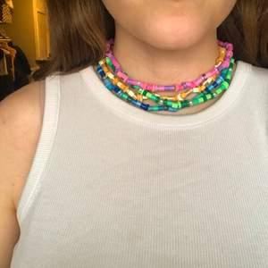 Hemmagjorda halsband av pärlor!                                                                                                                                                                                                                            Kolla in min Plick! Har fler smycken som örhängen, armband och halsband. Mycket inspirerat av Harry Styles, men också trendigt! 👏                                                                              Önska gärna ditt eget halsband med valfria färger! 🥰                                                                                                                                                                                [Kom ihåg att frakten inte blir dyrare om du köper fler saker, 12kr/50g]