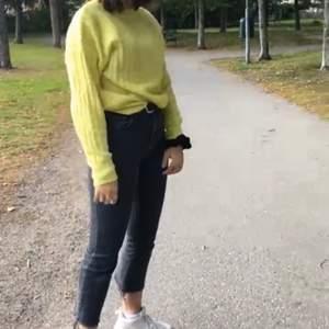 en jättefin och skön gul tröja ifrån bikbok. Är i storlek XS men skulle säga att den sitter mer som en S. säljer den nu för den intr kommer till användning💓