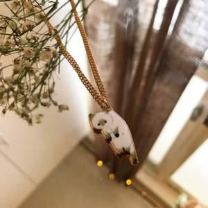Hemmagjordt halsband med en symbol av en katt i guld!              HELA SMYCKET ÄR GULDPLÄTERAT!                                    Kolla in min Plick! Har fler smycken som örhängen, armband och halsband. Mycket inspirerat av Harry Styles, men också trendigt! 👏                                                                                                                                                                                 [Kom ihåg att frakten inte blir dyrare om du köper fler saker]