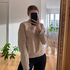 Nästan helt oanvänd tröja från Visual Clothing Project i storlek xs. Jag har vanligtvis storlek s i tröjor men den sitter bra på mig.  Supermysigt material och passar till allt! Köparen står för frakten 🥰