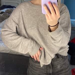 En grå lite oversized sweatshirt i fint skick. Säljer pga att jag har flera stycken gråa sweatshirts. Säljer för 135kr. Skriv vid frågor!!