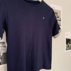 Sytt själv (symaskin) väldigt noggrant. Grå detalj på bröstet och armsluten. 50 +frakt och kan skicka postbevis!😇 Pris diskuterbart.