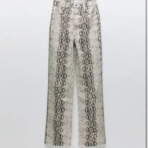 Intressekoll på mina snake print jeans från Zara, använda 1 gång på fest, köpta för cirka 2 månader sen. Avklippta så dom passar någon som är 170cm,Högsta budet 300kr