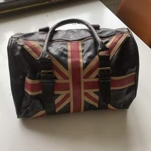 Väska i fejk skinn