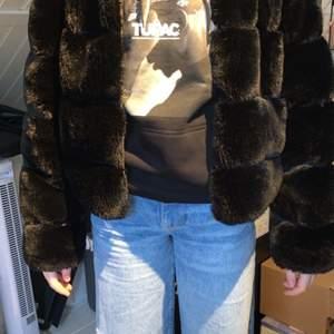 Super snygg Tessie jacka som tyvärr nu är för liten köpt på hösten 2019 använd Max 8 gånger inga slitningar eller liknande, köpt på Tessie butiken i Gbg för 599kr tänker mig runt 200kr