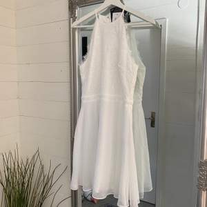 Säljer en fin vit klänning i storlek M, endast testad.