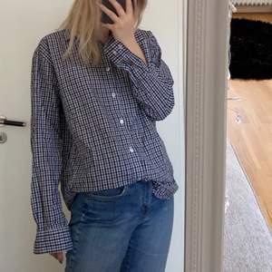 Jättefin rutig skjorta köpt secondhand, sitter oversized på mig så har strl S 🥳🥳