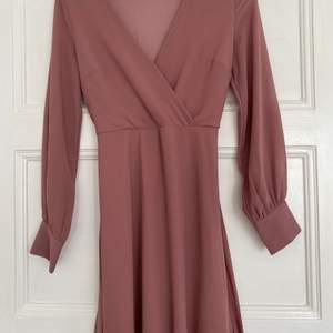 Säljer denna fina klänning! Den är använd ca 2 gånger och i fint skick! I priset ingår frakt!