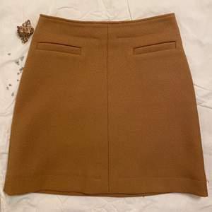 Superfin kjol i brun färg använt den en gång och är i mjuk material. Fin detalj kedja bak till storlek 36