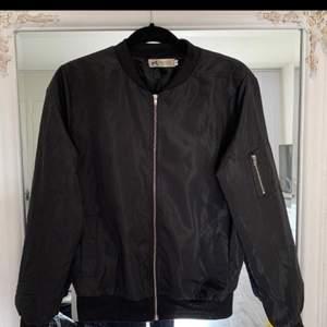 Säljer en svart bomber jacka, väldigt tunt materialet
