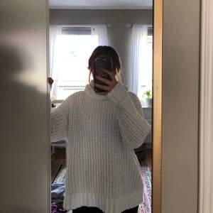 Vit stickad tröja från Hollister med turtleneck!