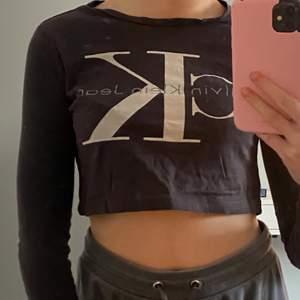 Säljer denna jätte coola croppade Calvin Klein tröjan (äkta). Säljer den pga att den inte kommer till användning. Exklusiv frakt.