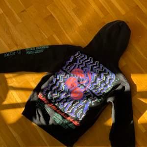 Super snygg svart crooked tounges hoodie med neon detaljer, tycker dock den är för liten för mig därav säljer jag den👾 köparen står för frakt 🦋🦕💙budgivning om fler är intresserade🤍
