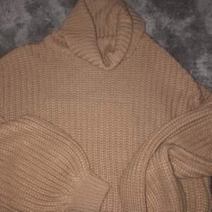 Skön och fin stickad tröja från nakd. Färgen är beige. Strl S. Väldigt bra skick! Köparen står för frakt.