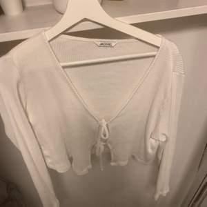 """Superfin vit """" kofta""""/ tröja från monki som jag tror är s/m men som passar båda, jättefint skick. Använd ca 5 gånger, tror nypris är 200kr? Din för 50"""