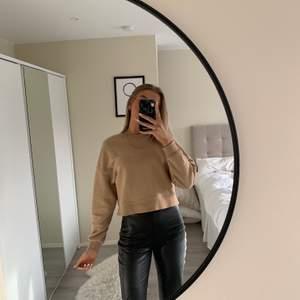 Säljer denna fina brun/beiga sweatshirten från PULL&BEAR💗den är i storlek xs och är lite kroppad som man ser på bilden men annars lite stor i armarna. Tröjan är i fint skick och köparen står för frakten!!🥰