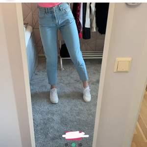 Superfina mom jeans från zara! Köpta på Plick men va för små så kan ej skicka fler bilder tyvärr Storlek 36 Frakt tillkommer på 66kr  Kom med förslag på pris Tveka inte att skriva vid frågor 💗