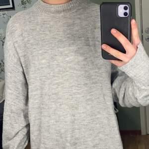 Stickat grå lång tröja från Gina Tricot med krage och mudd i ärmen. Mysig men kan vara lite stickig utan någon tröja under. Går även att vika upp ifall man vill ha den kortare. Använd men i bra skick.