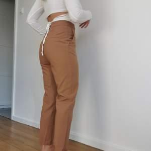 Kostymbyxor i superfin brun färg som tyvärr inte kommer till användning längre! Förhandlingsbart pris!