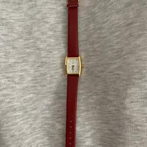 En klocka som jag köpt second hand men som är i bra skick! Dock går inte klockan men jag har bara använt den som en fin accessoar 💘