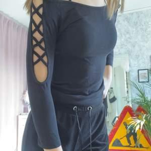 säljer denna snygga tröjan, den har kors på armarna på båda sidor och är i bra skick.