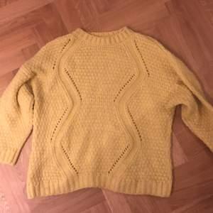 Snygg gul stickad tröja. Se färg bild 2 😀