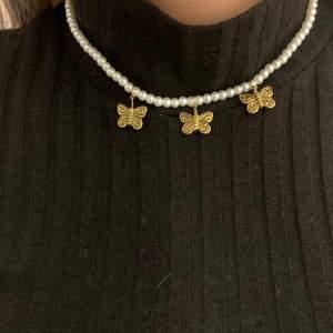 Jätte fint egengjort fjärils halsband, kan köpas med 3, 2 eller 1 fjäril. Kan också göra ett halsband helt utan fjäril om det önskas. Säljem för 30kr st😇 skriv vid intresse eller om du har nån fråga! Frakt tillkommer (11kr)