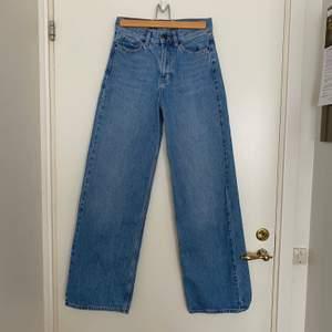 Wide leg jeans från junkyard. Fint skick, bekväma. Säljer då jag vuxit ur dem. Tips är att kolla Junkyard size guide. Öppen för alla frågor, kan alltid skicka fler bilder om det önskas! ❗️Sista bilden är lånad ❗️Köpare står för frakt