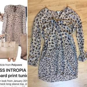 Sidenklänning från Hoss Spanien. Mycket vacker sofistikerad leopard mönster i nattblindhet och brunsvart. Strl S, fint skick.
