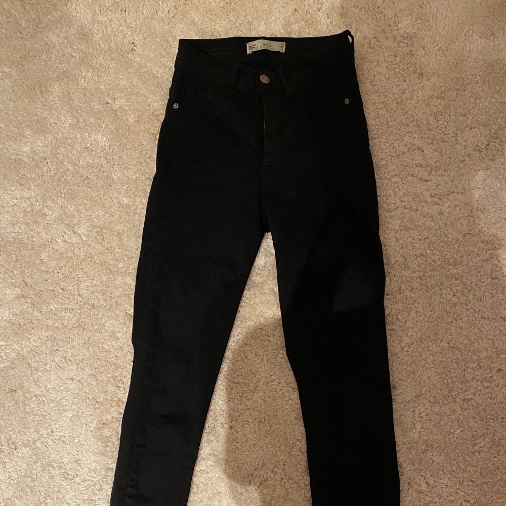 Säljer ett par svarta jeans ifrån Ginatricot💕De är i nyskick då jag bara använt de ca 1-2 gånger. Nypriset är 299kr✨. Jeans & Byxor.
