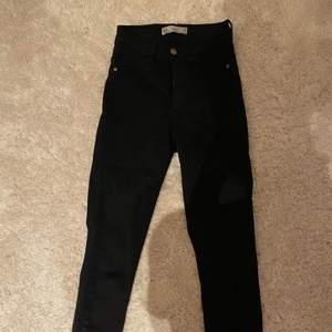 Säljer ett par svarta jeans ifrån Ginatricot💕De är i nyskick då jag bara använt de ca 1-2 gånger. Nypriset är 299kr✨