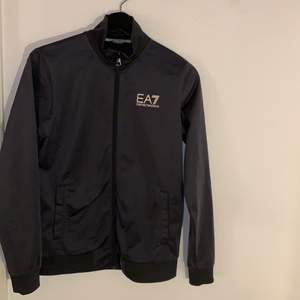 Grå EA7 dres i storlek 160 bra sick  200kr för tröjan och 200kr för byxorna 300kr för båda, köpt för 1200 på Jd sports