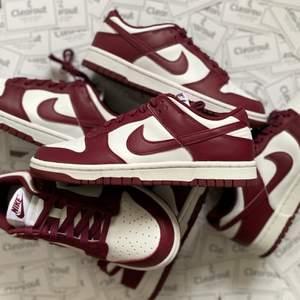 Nike dunk bordeaux, perfekt sko för hösten! Finns i olika storlekar: 38, 38,5, 39, 40,5! Såklart 100% äkta! Feel free att ställa frågor!
