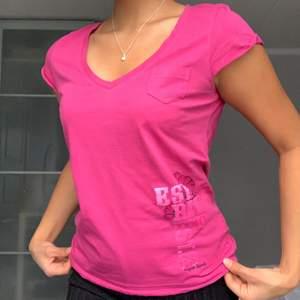 En superfin rosa T-short från Esprit med söta detaljer. Ger en massa y2k vibbar. I fint skick.