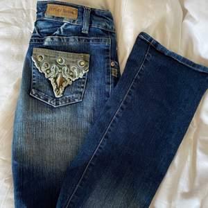 kikar intresse på mina fina låga jeans. Storlek 38 men stretchiga i midjan. Långa! Bud från 150kr, köpa direkt på DM