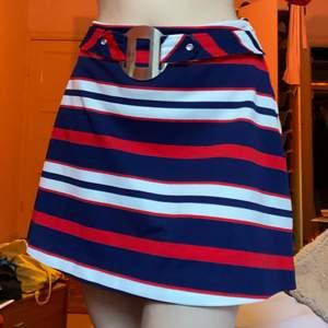 Vintage 60-tals mod kjol. Cirka 80cm runt om hela. Underkjolen är lite trasig, vid intresse kan jag skicka mer bilder på den